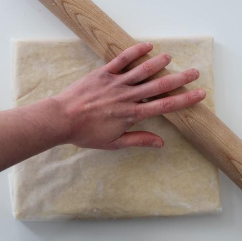 Puis je pousse les coins afin de former une carré net à l'aide des plis. Ainsi, votre pâton sera plus régulier.